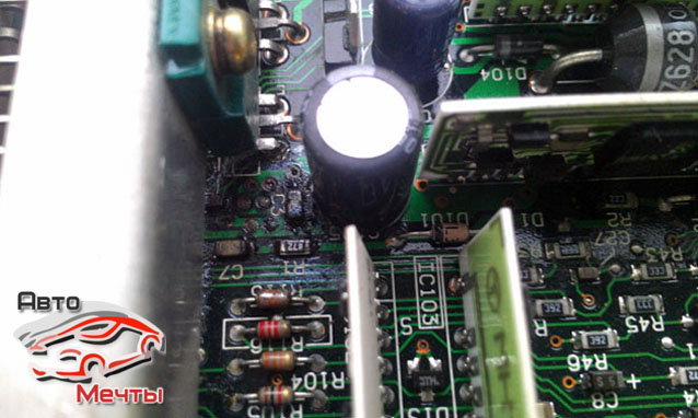 Плата ЭБУ Mitsubishi с потекшими конденсаторами